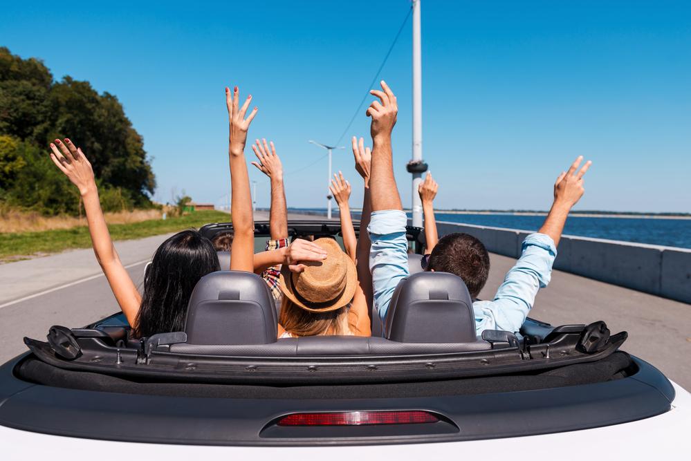 Gente viajando en coche
