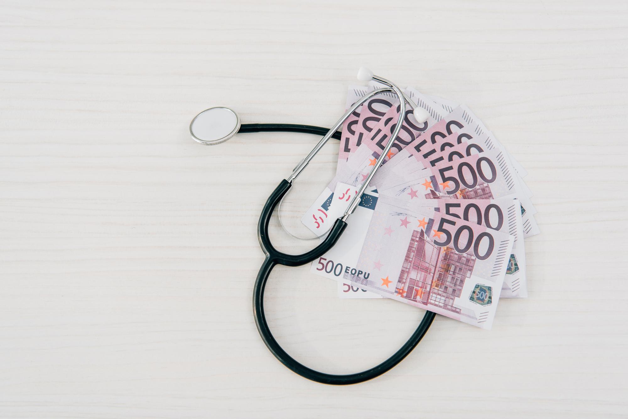 Dinero y estetoscopio.Sanidad pagada