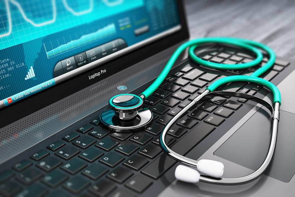 Estetoscopio encima de ordenador con imágenes de pruebas médicas