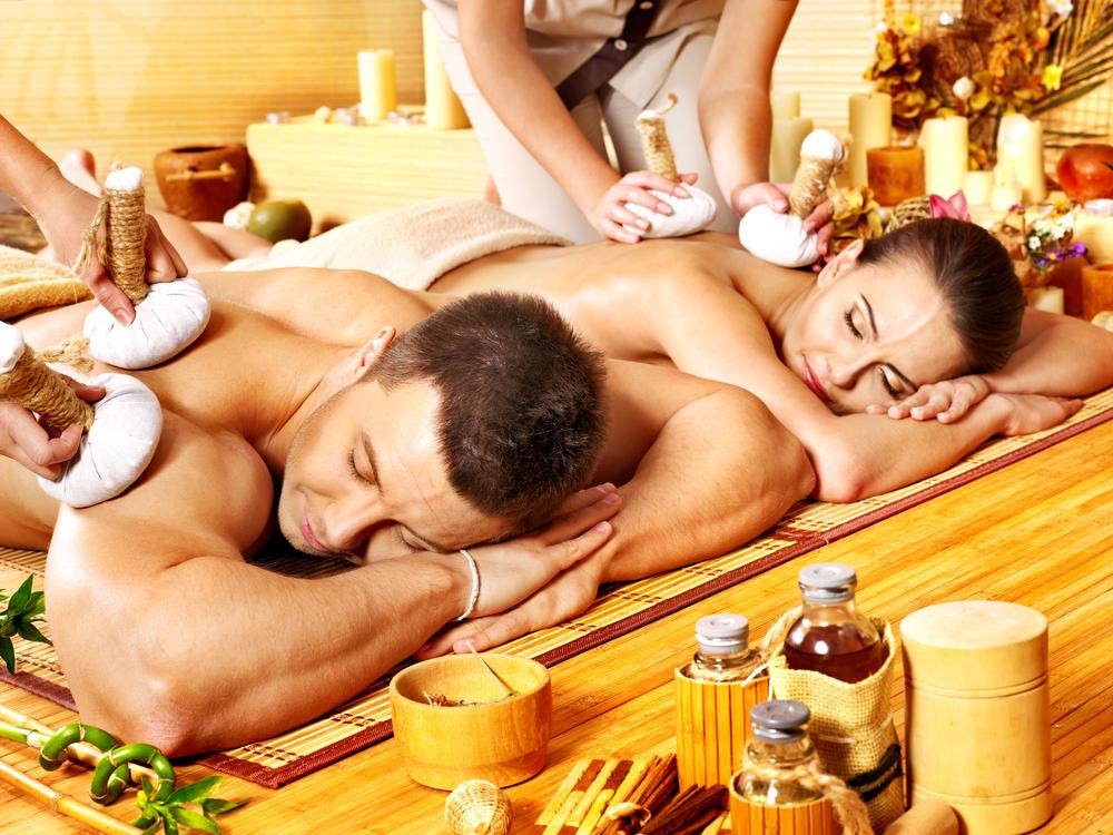 Pareja en un spa con masaje